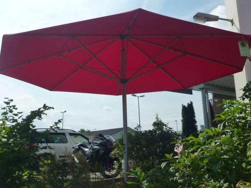 Sonnenschirme rot Muster | SAGA Raumausstattung Aschaffenburg | Gardinen, Bodenbelag, Sonnenschutz, Pergola, Rolladen, Insektenschutz und Wasserschaden