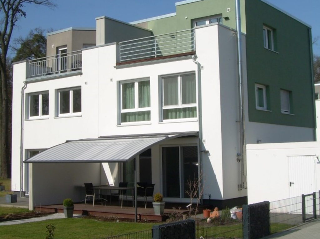 Markisen grün haus Neubeugebiet | SAGA Raumausstattung Aschaffenburg | Gardinen, Bodenbelag, Sonnenschutz, Pergola, Rolladen, Insektenschutz und Wasserschaden
