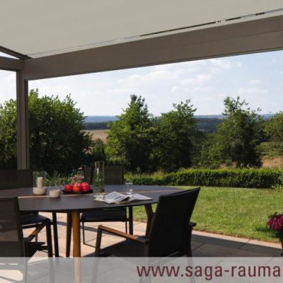Ein Zimmer im Freien / Mit der Pergola-Markise von SAGA in Aschaffenburg bei jedem Wetter die Natur genießen / SAGA Raumausstattung ist Spezialist für Gardinen, Bodenbelag, Sonnenschutz, Markisen, Pergola, Rolladen, Insektenschutz und Wasserschaden in Aschaffenburg